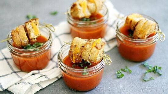 cách làm xiên bánh mì phô mai nướng mini với súp cà chua 6