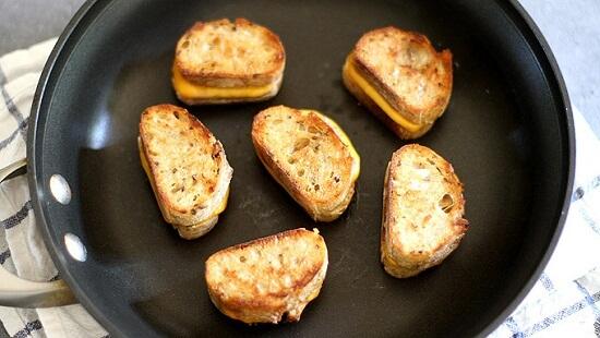 cách làm xiên bánh mì phô mai nướng mini với súp cà chua 4