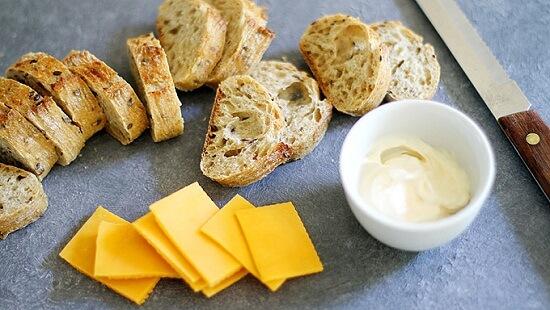 cách làm xiên bánh mì phô mai nướng mini với súp cà chua 3