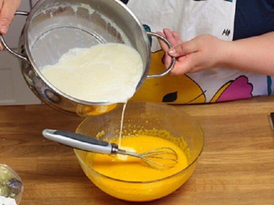 cho sữa vào bát trứng