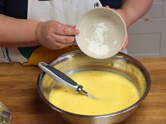 cho bột vào bát trứng