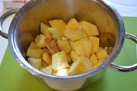 trộn táo với đường, bột quế