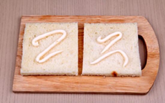 cho sốt mayonnaise lên bánh