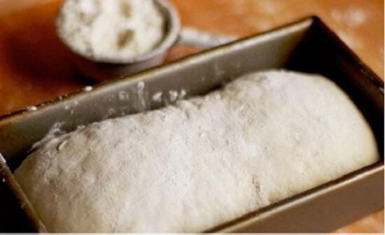 cho bánh vào khuôn nướng