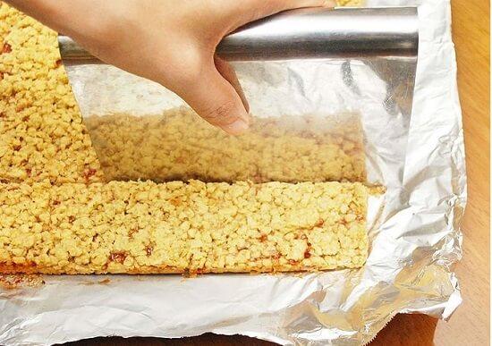 cắt bánh ngũ cốc