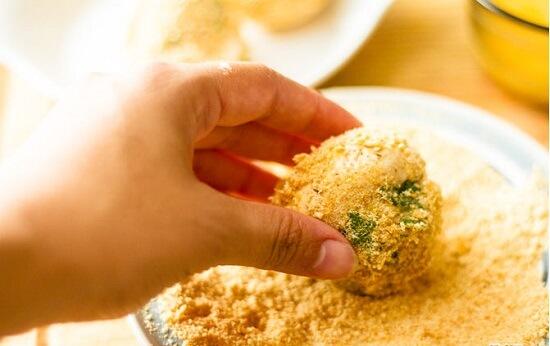 lăn nấm vào vụn bánh mì