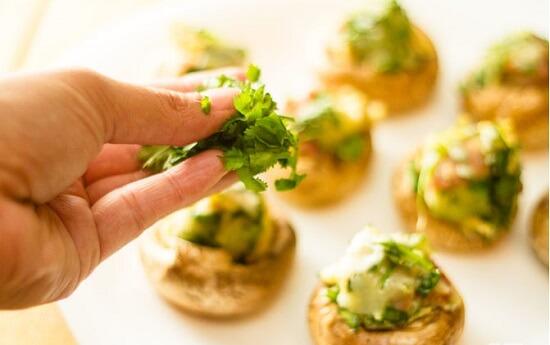 rắc rau mùi lên trên nấm nhồi nướng