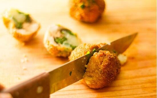 cắt nấm nhồi chiên thành hai phần