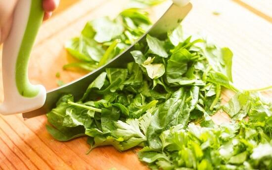thái nhỏ rau bina và rau mùi tây