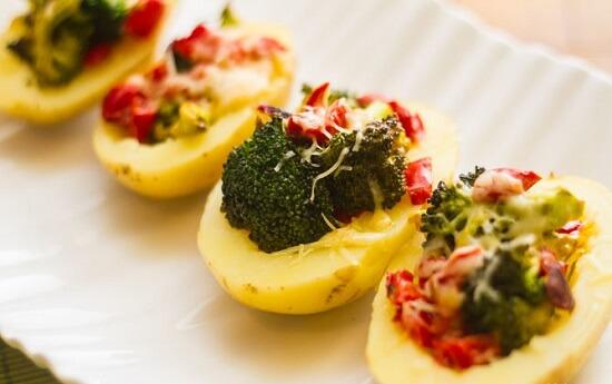 ăn khoai tây bọc bông cải xanh khi còn nóng