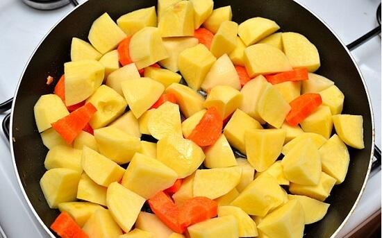 đảo khoai tây và cà rốt