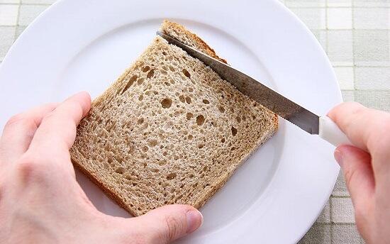 bánh mì cắt bỏ phần viền cứng