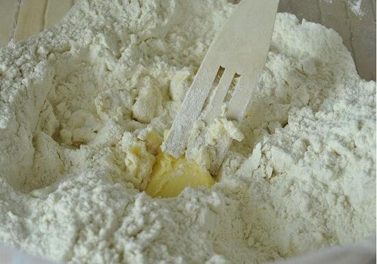 cho bơ vào bột bánh