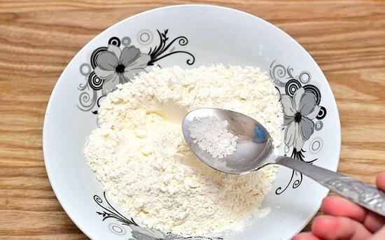 trộn bột mì với muối