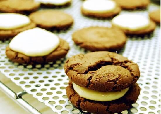 úp miếng bánh quy thứ hai lên