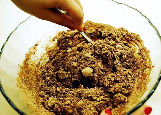 dùng muỗng trộn bột
