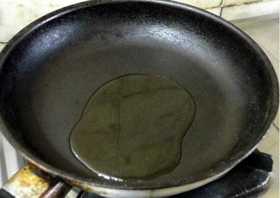 cho dầu thực vật vào chảo