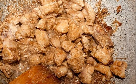 rang thịt gà với nước sốt
