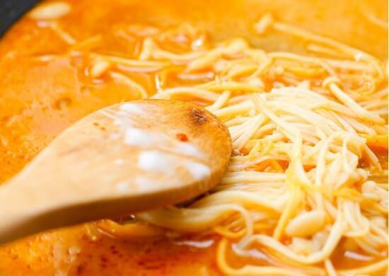xào nấm kim châm với cà ri