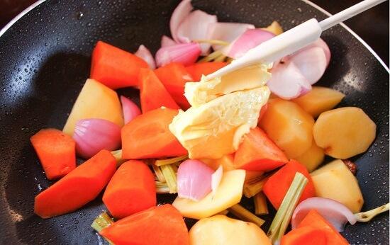 thêm bơ vào chảo rau củ