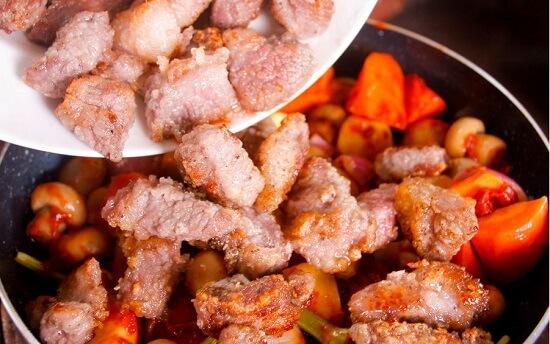 thêm thịt bò vào rau củ