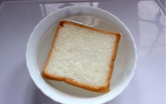 thả bánh mì vào nước