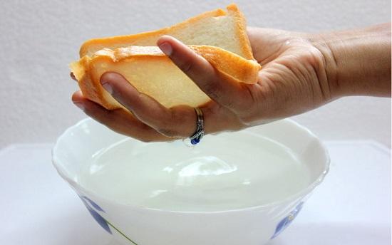 bóp nhẹ vào bánh mì