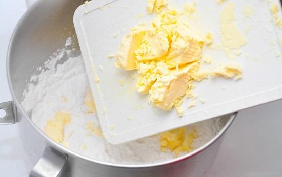 cho bơ nhạt vào bột mì
