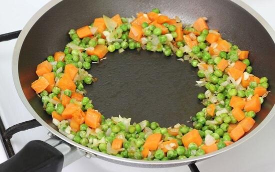 dàn rau củ vào mép chảo