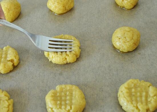 dùng dĩa ấn vào bột bánh