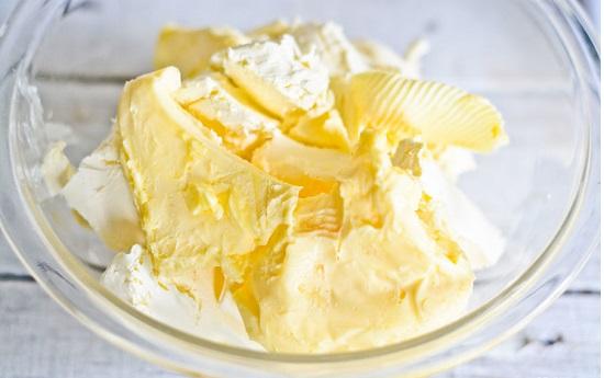 trộn kem pho  mát với bơ