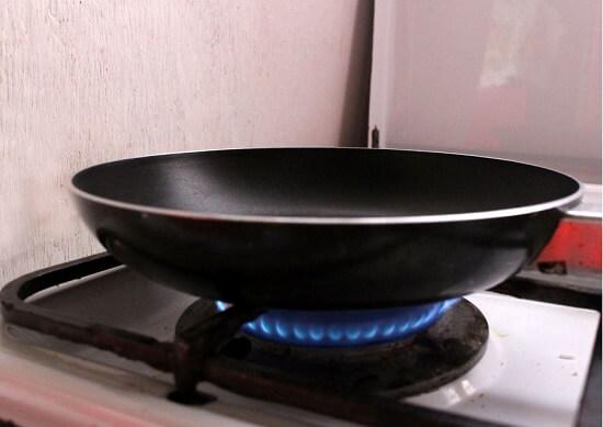bắc chảo lên bếp