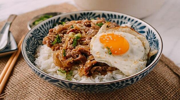 Cách làm Gyudon – cơm thịt bò xào hành tây kiểu Nhật 1