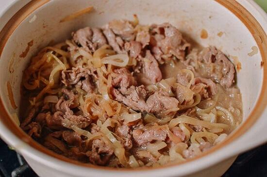 Cách làm Gyudon – cơm thịt bò xào hành tây kiểu Nhật 4