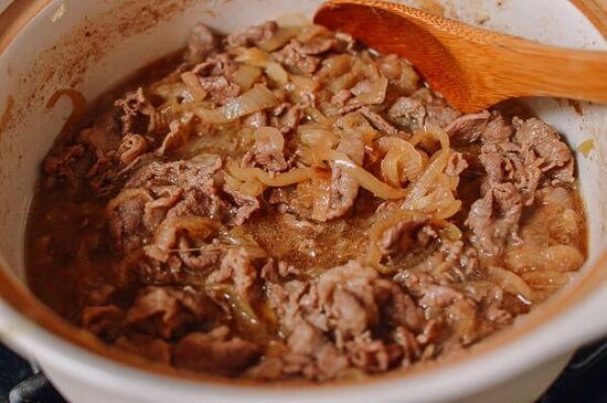 Cách làm Gyudon – cơm thịt bò xào hành tây kiểu Nhật 5