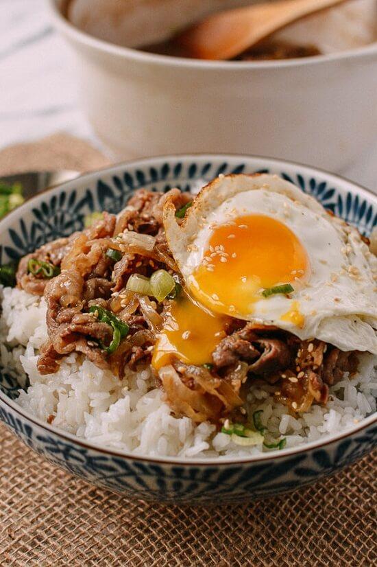 Cách làm Gyudon – cơm thịt bò xào hành tây kiểu Nhật 6