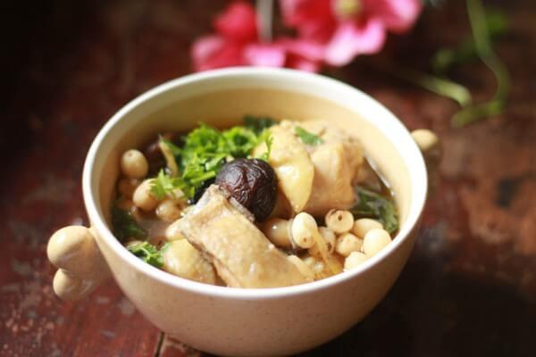 Cách làm món gà hầm hạt sen bổ dưỡng 1