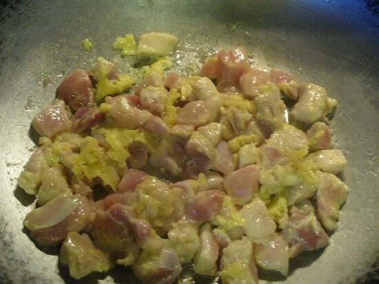 đảo thịt gà với trứng