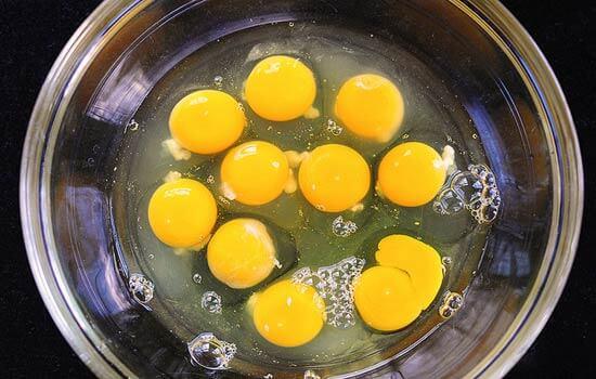 trứng đập ra bát
