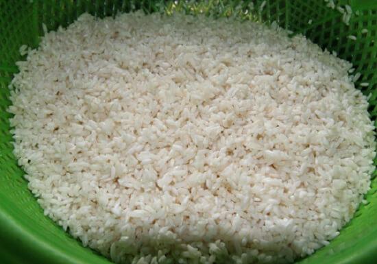 trộn gạo với muối