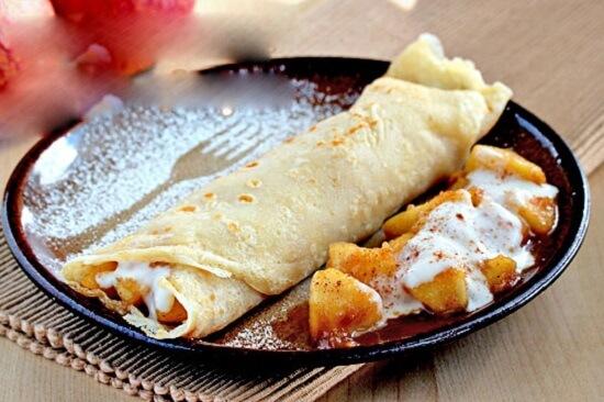 hoàn thiện món bánh crepe nhân táo