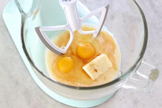 cho trứng, sữa vào thố
