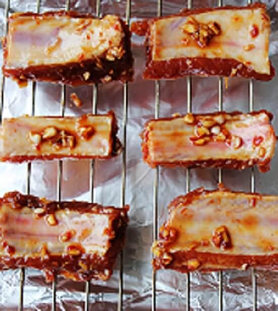 Cho sườn vào trong lò nướng làm món sườn nướng