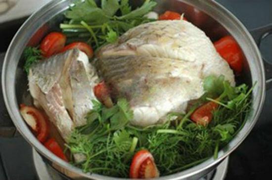 Cá hấp bia kết hợp cùng một chút rau thì là, cà chua hấp cùng sẽ tăng hàm lượng dinh dưỡng của món ăn