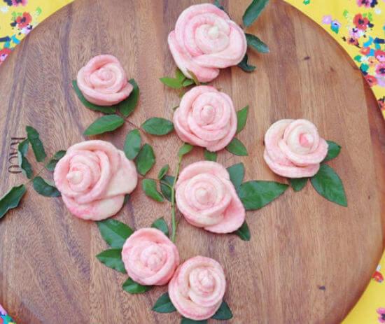 Lấy bánh bao hoa hồng ra đĩa trang trí sao cho thật đẹp mắt