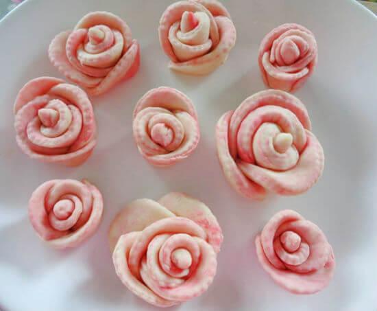 Nhẹ nhàng dùng tay chỉnh cho những chiếc bánh bao hoa hồng trông thật hoàn hảo