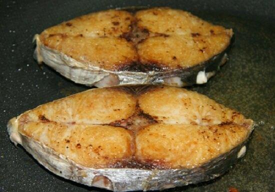 Chiên cá để chế biến món cá thu kho nước dừa