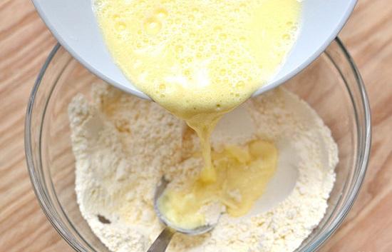 trộn trứng sữa với bột bánh
