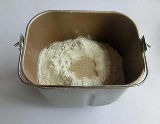 trộn bột với hỗn hợp trứng sữa