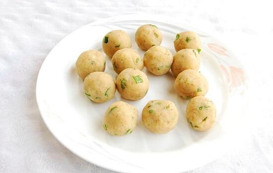 nặn tròn bánh khoai tây
